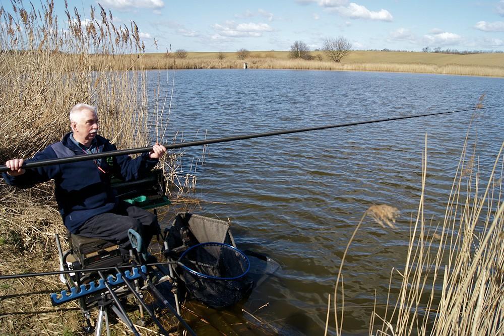 Bogusław Majewski łowi tyczką na jeziorze Trzaskowo